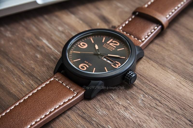 Trên tay đồng hồ Citizen nam BM8475-26E dây da, mặt số dạ quang- Vỏ đồng hồ