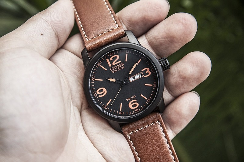 Trên tay đồng hồ Citizen nam BM8475-26E dây da, mặt số dạ quang- mặt đồng hồ