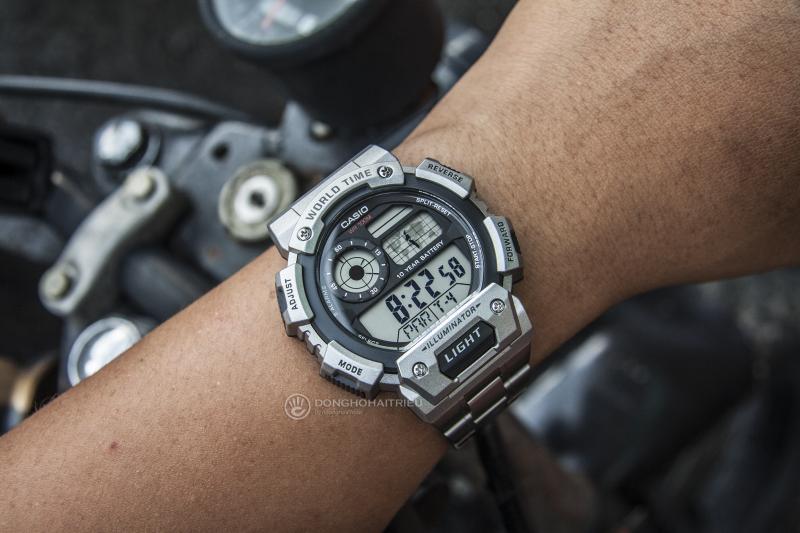 Chiếc đồng hồ này khi phối với những trang phục như áo khoác da, bao tay da thì sẽ làm tôn lên  vẻ đẹp bụi bặm, mạnh mẽ - AE-1400WHD-1AVDF