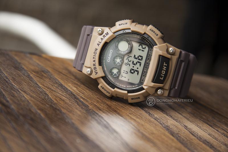 Với thiết kế nút đèn đặc biệt tạo nét độc đáo so với các mẫu đồng hồ khác - W-735H-5AVDF