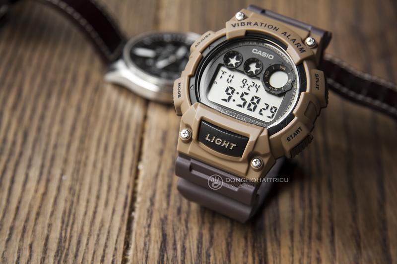 Mặt trước đồng hồ được làm bằng nhựa màu cà phê sữa rất ấn tượng - W-735H-5AVDF