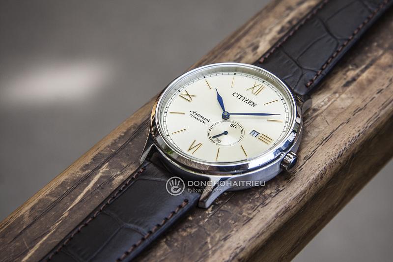 Chiếc đồng hồ được làm từ hợp kim Titanium tạo cảm giác mỏng nhẹ khi đeo tay - NJ0090-13P