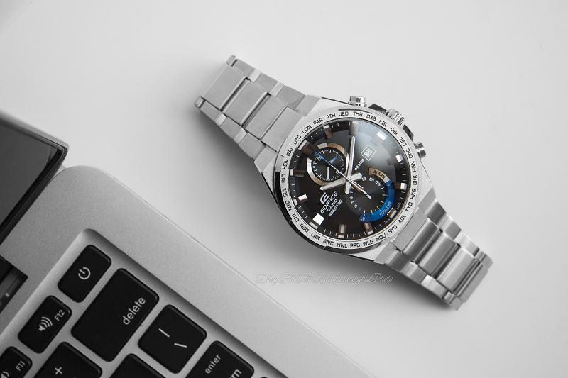 Khi nghiêng mọi góc cạnh thì có thể thấy hiệu ứng của chiếc đồng hồ rất đẹp, tạo sự sắc bén,  đầy nam tính, mạnh mẽ - EFR-542D-1AVUDF