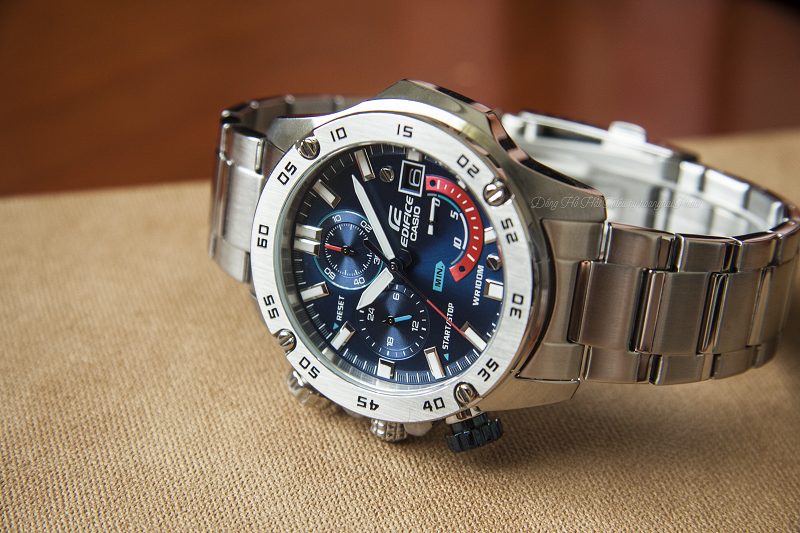 Thiết kế đặc biệt về những chi tiết quanh mặt đồng hồ tạo sự phá cách - EFR-558D-2AVUDF