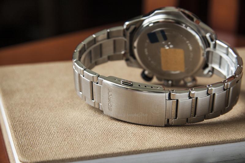 Phần khóa dạng 3 gập sẽ giúp chiếc đồng hồ trở nên chắc chắn, mạnh mẽ - EFR-558D-2AVUDF