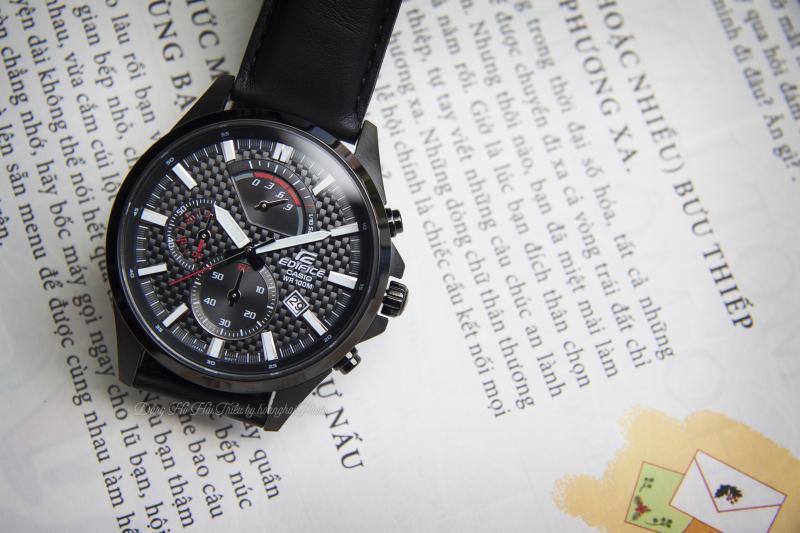 Casio Edifice EFR-556D-1AVUDF nổi bật với họa tiết đan trên mặt đồng hồ