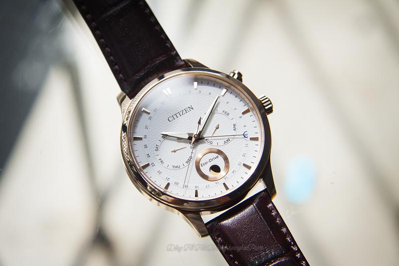Mặt số đa chức năng của chiếc đồng hồ