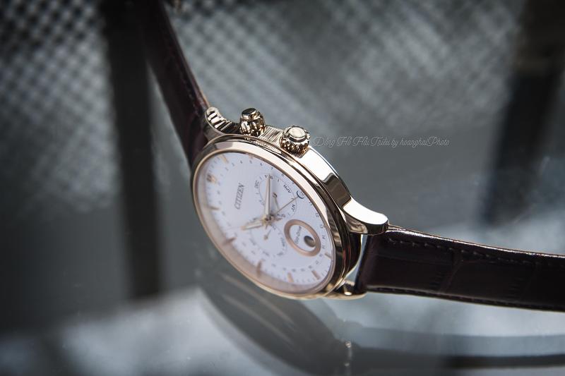 Chi tiết mạ vàng vừa tăng độ sáng bóng vừa tăng tuổi thọ cho chiếc đồng hồ