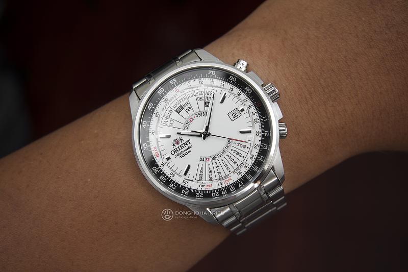 Trên tay đồng hồ nam dây kim loại Orient FEU07005WX lịch vạn niên