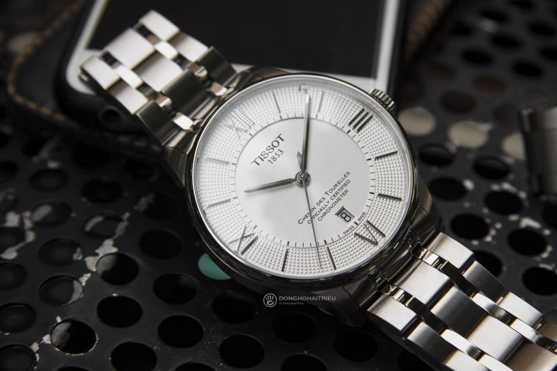Tissot T099.408.11.038.00 với thiết kế đơn giản, dây kim loại, mặt số màu trắng sẽ phù hợp với bạn trong hầu hết trường hợp