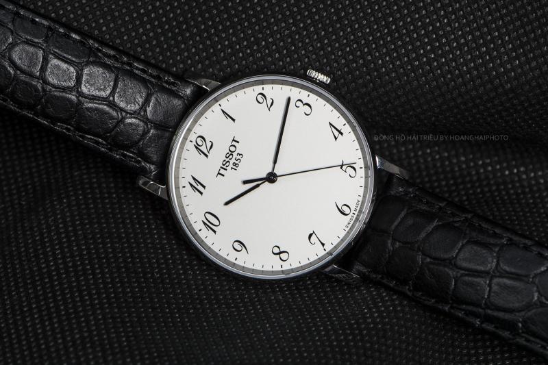 TissotT109.410.16.032.00 có cọc số Ả Rập, thiết kế đơn giản, giúp cho việc xem giờ được thuận tiện nhất