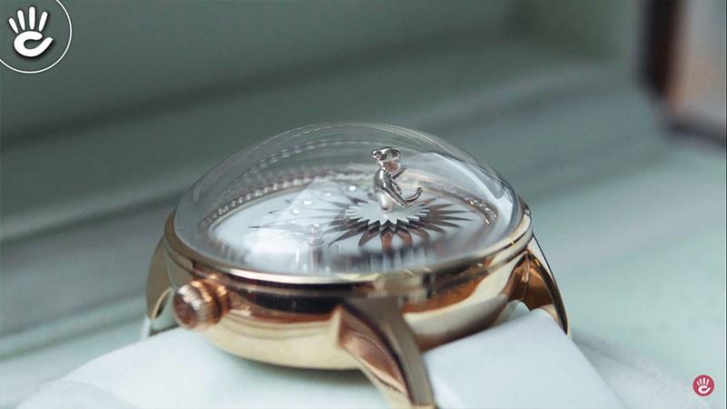 Thiết kế tinh tế trên từng đường nét của chiếc đồng hồ đặc biệt là chiếc váy của cô vũ công