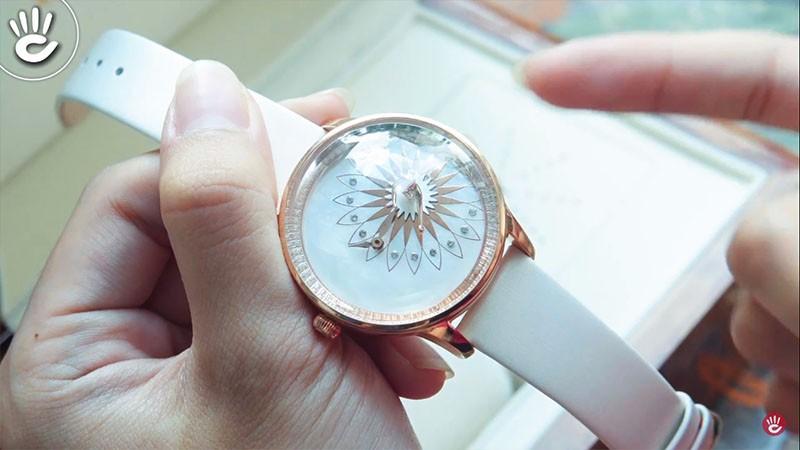 Cô vũ công sẽ chuyển động khi đeo đồng hồ lên tay