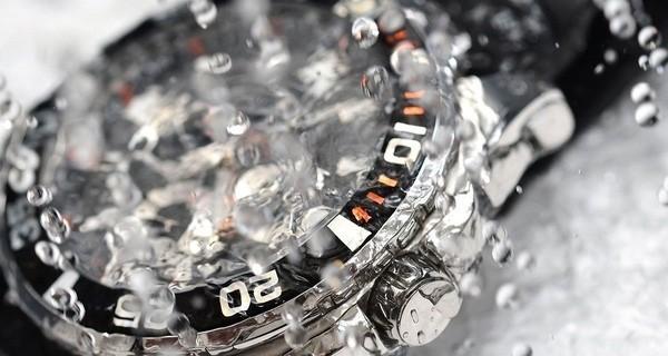 Chiếc đồng hồ sau khi bị bung nắp máy thường bị giảm khả năng chịu nước
