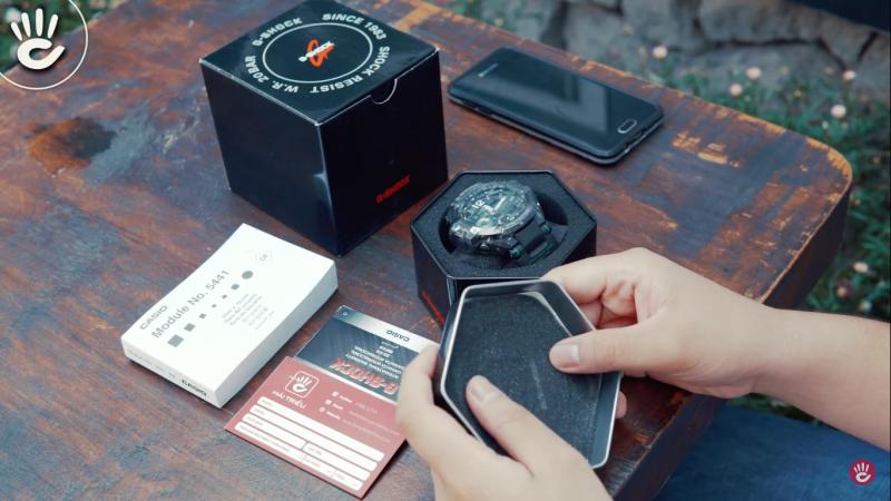 Trong hộp gồm những cuốn sổ cần thiết và chiếc đồng hồ G-Shock GA-1100-1A3DR - GA-1100-1A3DR