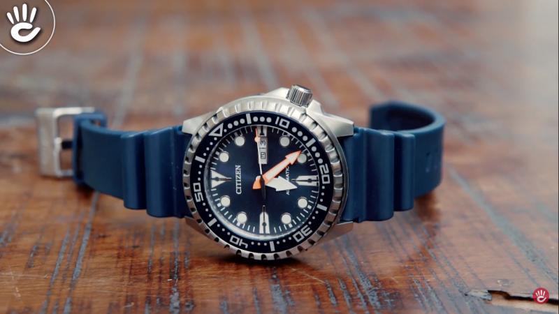 Đồng hồ Citizen NH8381-12L có mặt số tròn phong cách hiện đại, vỏ máy bằng thép không gỉ tạo nên vẻ chắc chắn nam tính