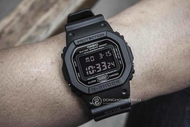 Nút bấm đồng màu với đồng hồ, mặt số nổi bật trên nền đen tạo sự khác biệt - DW-5600MS-1DR