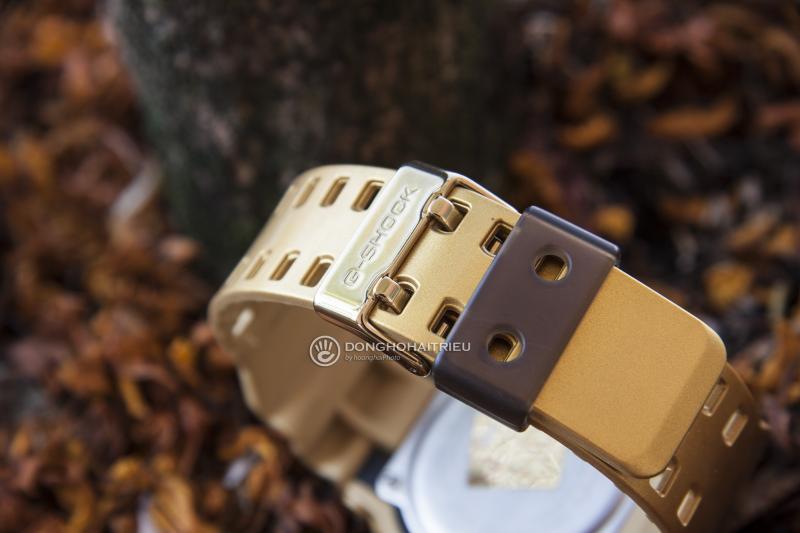 Phần dây cũng được Casio sơn vàng kết hợp với khóa kim loại chắc chắn - GA-300GD-9ADR