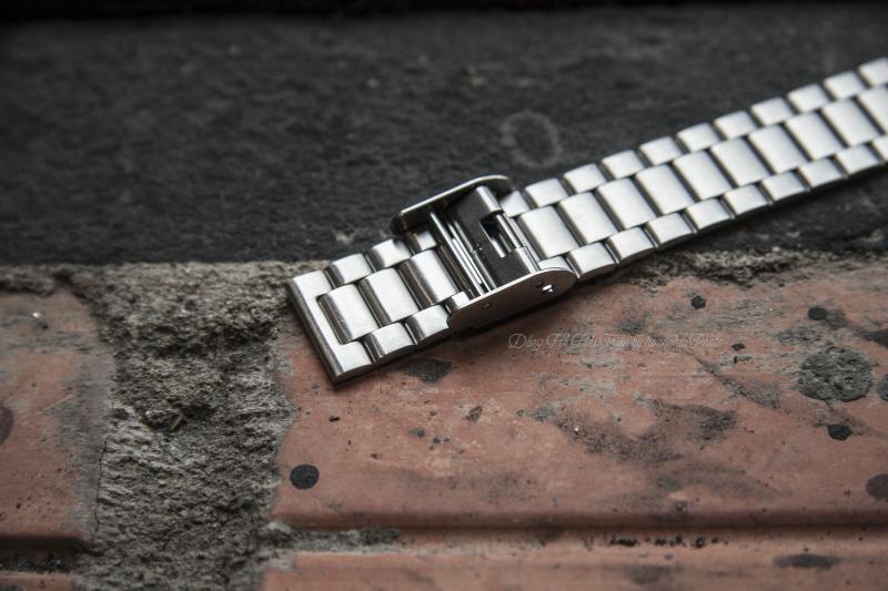 Cận cảnh phần dây và khoá khác lạ so với những mẫu đồng hồ khác - AQ-230A-7DMQ