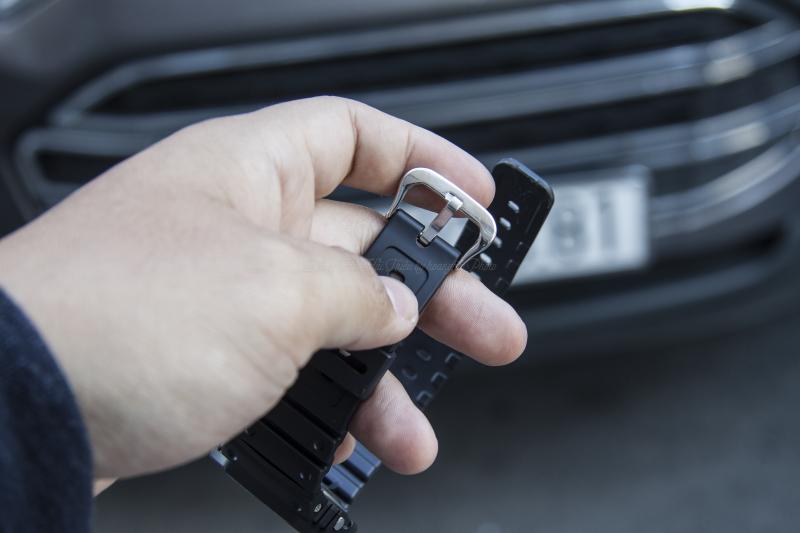 Phần dây được thiết kế theo kiểu ôm cổ tay, khóa kim loại chắc chắn - G-5600E-1DR