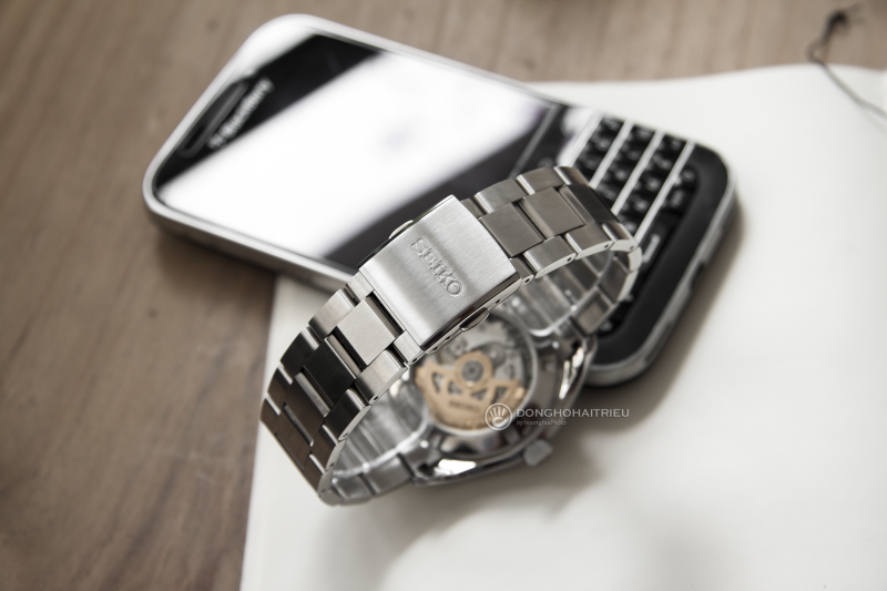Nắp đáy của SSA357J1 cũng cho thấy được bộ máy mạnh mẽ của đồng hồ Seiko
