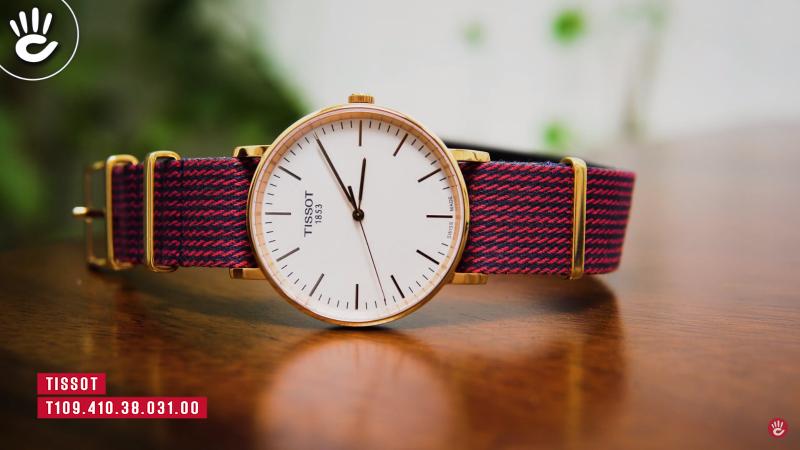 TissotT109.410.38.031.00 mang vẻ đẹp giản dị, một phần nào đó giống những chiếc đồng hồ DW nhưng lại mang chất lượng Thụy Sĩ