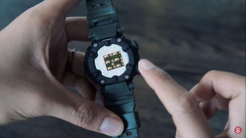 Mặt sau đồng hồ G-Shock Mudman trang bị niềng bằng nhựa nhưng không gây cảm giác khó chịu