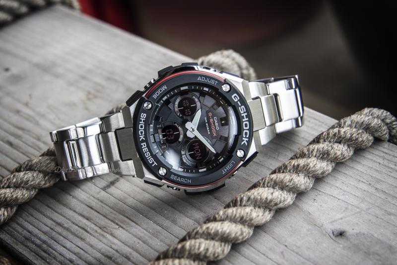 Đồng hồ G-Shock GST-S100D-1A4DR có mặt số thể thao mạnh mẽ, kim chỉ sắc nét nổi bật trên nền số điện tử màu đen tinh tế