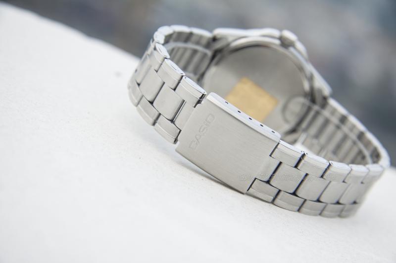 Đồng hồ Casio MTP-1215A-2ADF có vỏ và dây đeo kim loại phủ bạc sáng bóng sang trọng