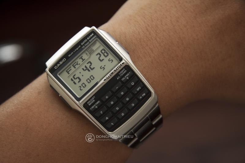 Casio DBC-32D-1ADF với nền mặt số điện tử hình vuông hiện thị đa chức năng