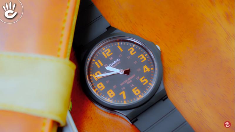 Đồng hồCasio MW-240 nền cọc số cam mang lại vẻ trẻ trung thời trang cho các bạn nam