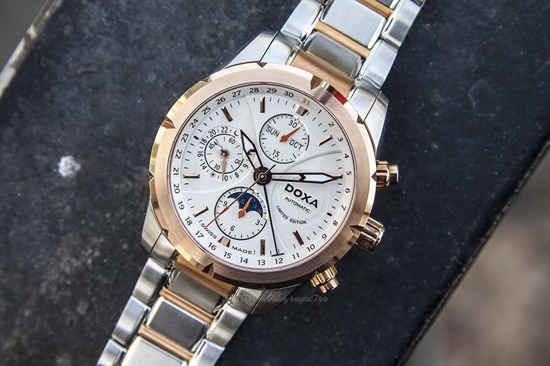 Doxa D128RWH không có chức năng lịch thường niên cũng như vạn niên.  Tuy nhiên bạn cũng sẽ không quên chỉnh ngày mỗi cuối tháng cho chiếc đồng hồ quý giá của mình đâu nhỉ :D