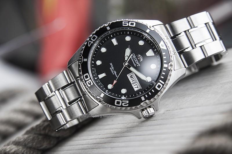 Thiết kế của OrientFAA02004B9 mạnh mẽ và nam tính nhưng cũng mang nét thanh lịch khi sở hữu cho mình tone màu đen - trắng