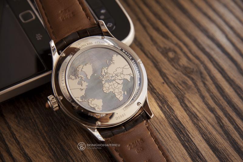 Mặt sau của DoxaD198STE không trong suốt kể có thể theo dõi chuyển động của bộ máy cơ bên trong, thay vào đó là hình địa cầu Trái Đất, biểu tượng của bộ sưu tập đồng hồ lấy cảm hứng từ các kỉ quan thiên nhiên