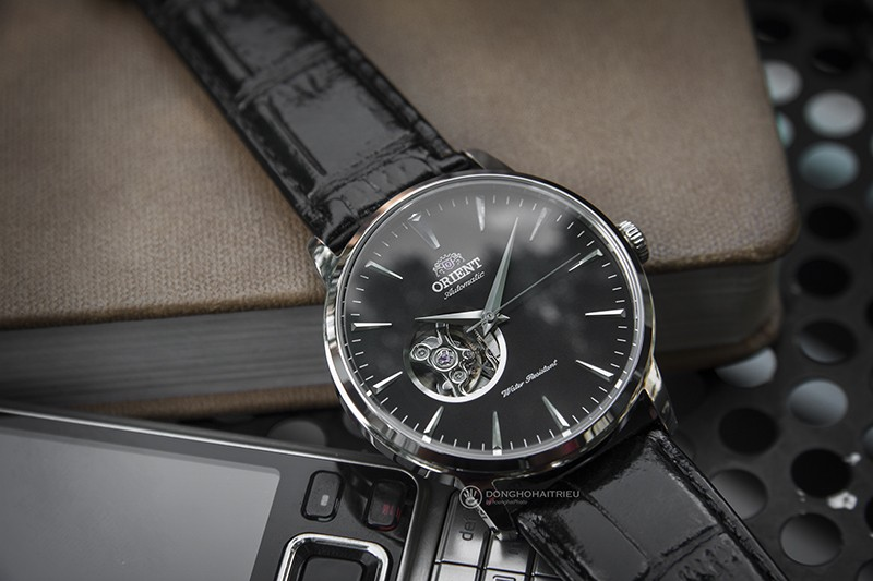 Tone màu full đen củaOrient FAG02004B0 rất dễ để phối cùng các bộ đồ từ tường ngày tới những bộ suit sang trọng