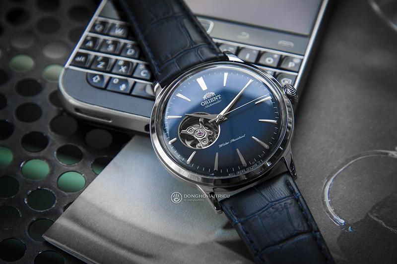 Nếu bạn yêu thích màu xanh Navy thì không thể bỏ lỡ được một chiếc đồng hồ tuyệt vời như Orient RA-AG0005L10B
