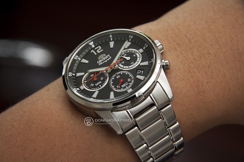OrientRA-KV0001B10B là chúng ta liên tưởng tới những mặt đồng hồ của máy bay với nhiều kim chỉ màu đỏ trên nền mặt đen Những thiết kế này hay còn gọi là đồng hồ phi công