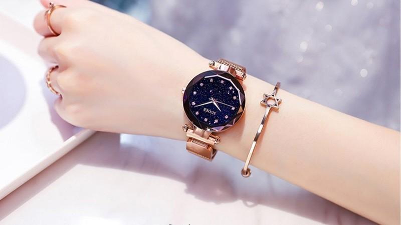 Đeo đồng hồ bị dị ứng do đồng hồ chứa thành phần không thân thiện