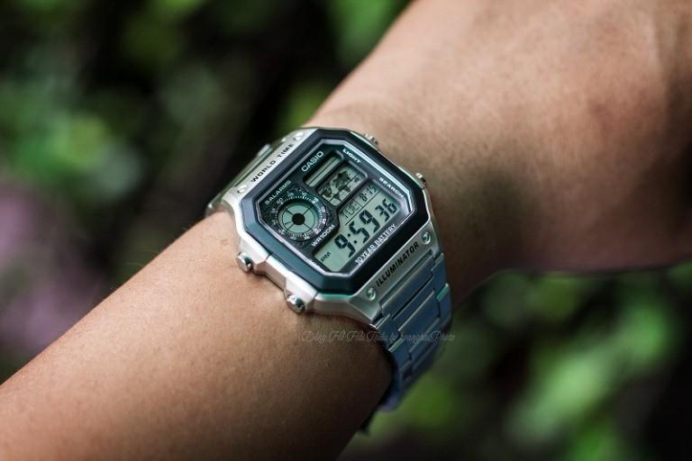 Nút điều chỉnh chức năng của chiếc đồng hồ casio ae 1200wh
