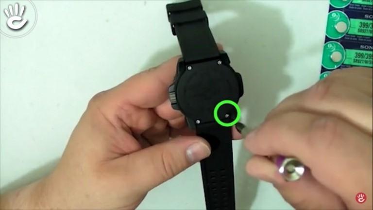 Lắp nắp pin cẩn thận sau khi thay pin đồng hồ đeo tay