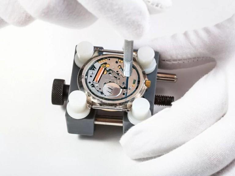 Có thể tự thay pin đồng hồ đeo tay tại nhà không