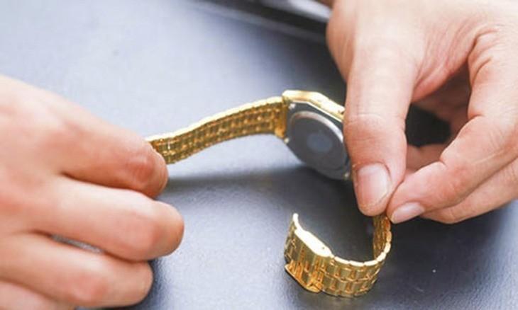 Xác định vị trí mắt dây đồng hồ trước khi cắt mắt đồng hồ đeo tay