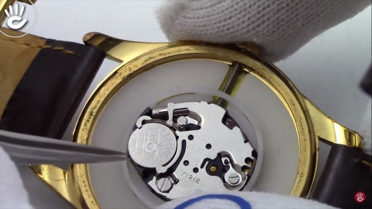 Đặt pin mới vào, bước thay pin đồng hồ đeo tay quan trọng