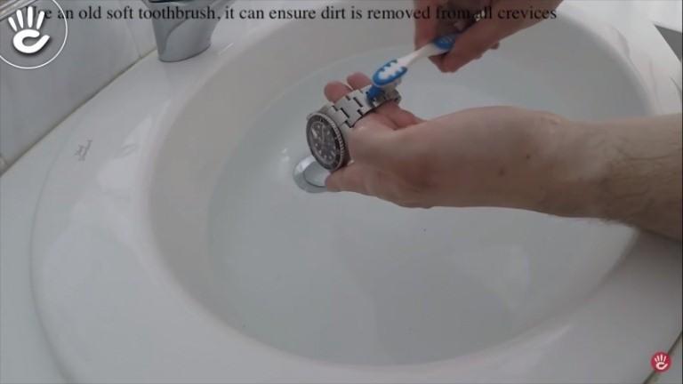 Cần vệ sinh đồng hồ trước khi thay pin đồng hồ đeo tay