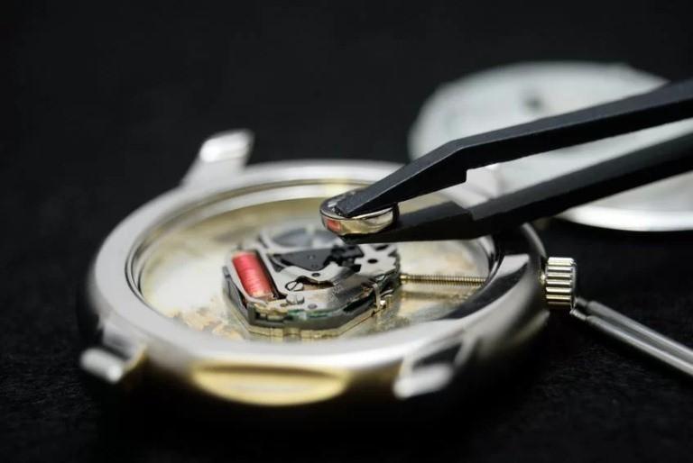 Cẩn thận dùng nhíp tháo pin ra khỏi đồng hồ