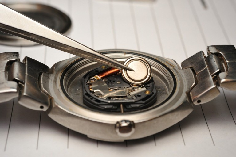 Hướng dẫn cách thay pin đồng hồ đeo tay tại nhà đơn giản, nhanh chóng