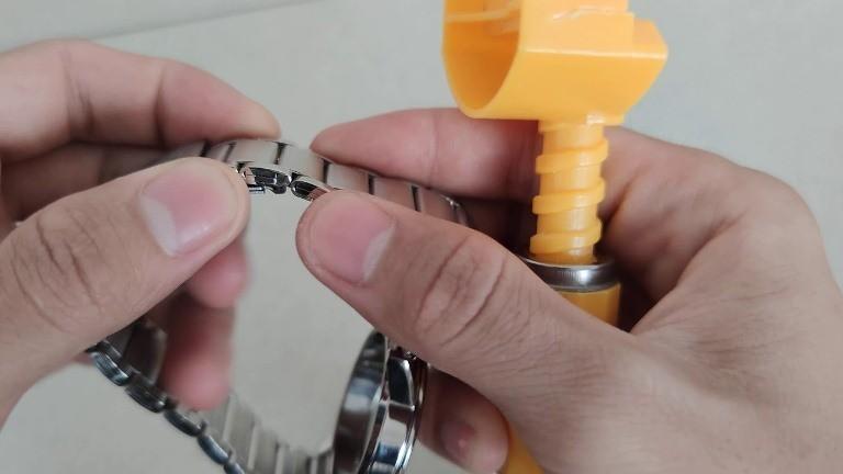 Hướng dẫn tháo mắt dây đồng hồ đối với dây gấp khúc