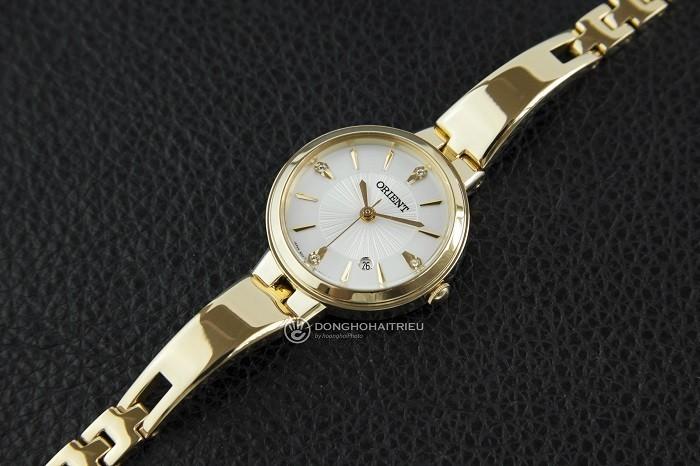 Nhỏ gọn như chiếc lắc tay từ đồng hồ mạ vàng Orient FSZ40003W0-ảnh 1