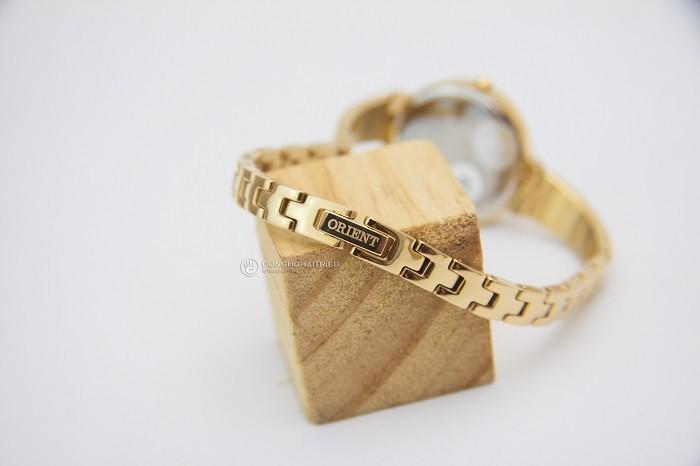 Nhỏ gọn như chiếc lắc tay từ đồng hồ mạ vàng Orient FSZ40003W0-ảnh 3