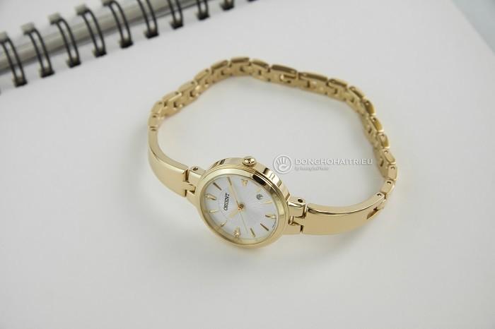 Nhỏ gọn như chiếc lắc tay từ đồng hồ mạ vàng Orient FSZ40003W0-ảnh 4